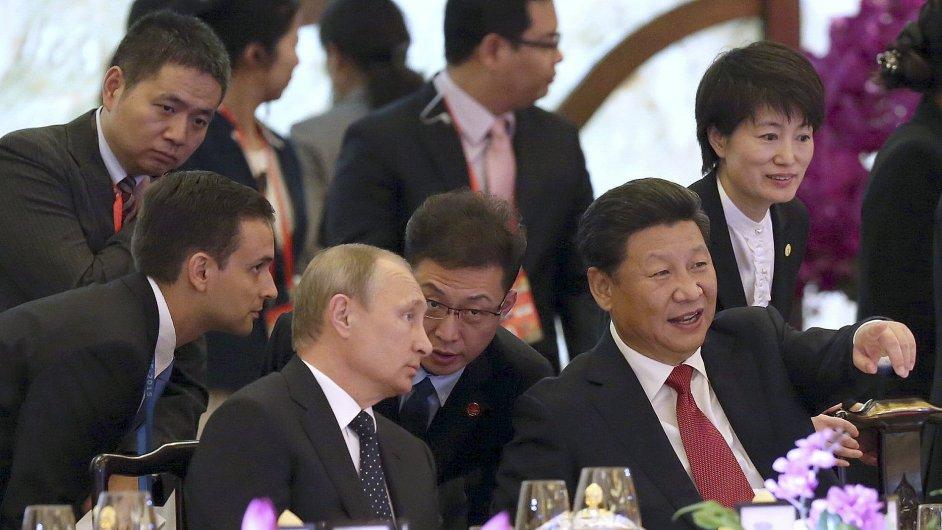 Ruský a čínský prezident Putin a Si Ťin-pching (zcela vpravo) na armádní přehlídce k ukončení 2. světové války