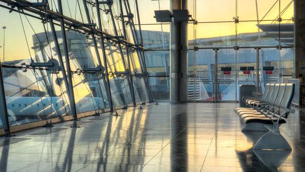Letiště se snaží zatraktivnit cestujícím hodiny čekání promítáním filmů. - Ilustrační foto.
