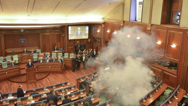 Kosovská opozice se pokusila volbu zmařit použitím slzného plynu.