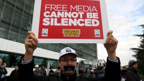 Stovky lidí demonstrovaly před redakcí opozičního deníku Zaman, který v pátek převzaly úřady - Ilustrační foto.