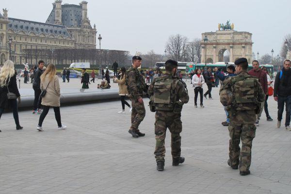 Vojáci v Pa�í�i