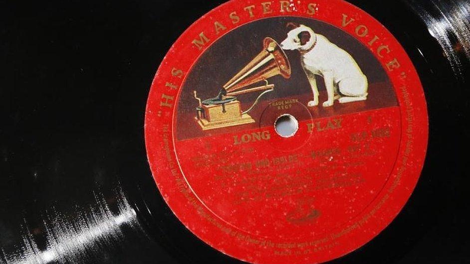 Na snímku z vinylového bazaru v Londýně je klasická gramofonová deska s logem His Master's Voice.