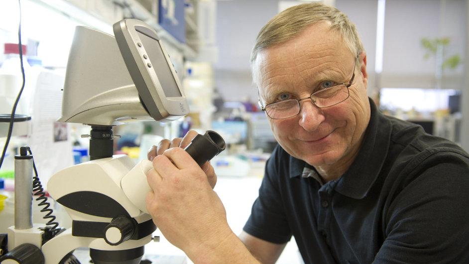 Za šampiona mezi potenciálními léky na covid-19 na základě prvotních dat považuje dexametazon také molekulární imunolog Václav Hořejší.