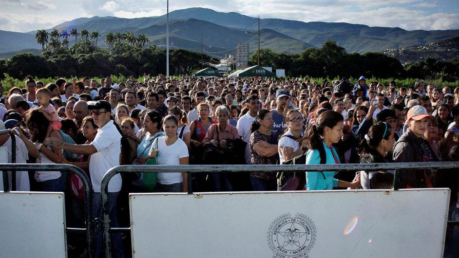 Venezuela otevřela hranice s Kolumbií a lidé šli na nákup.