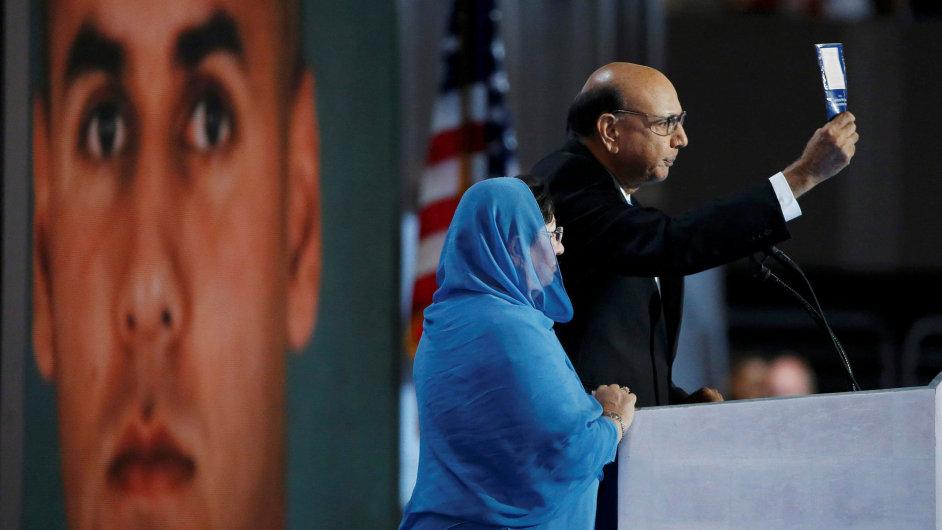 Humayun Khan zemřel v roce 2004 při bombovém útoku v Iráku. Jeho otec Khizr Khan na nedávném sjezdu demokratů kritizoval Trumpův odmítavý postoj k muslimům.