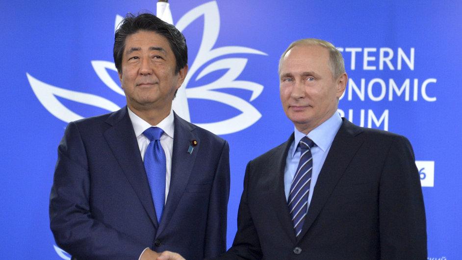 Japonský premiér Šinzó Abe a ruský prezident Vladimir Putin