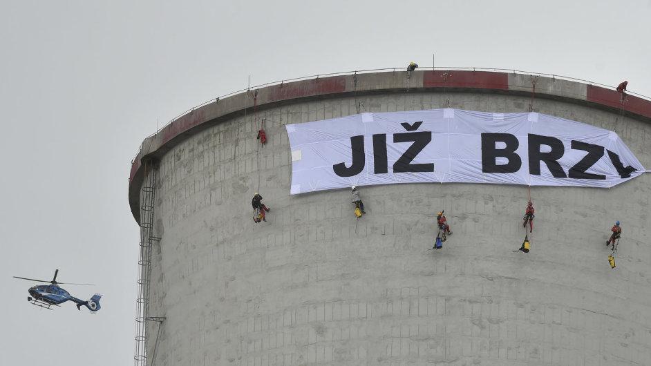 Aktivisté z hnutí Greenpeace protestují proti prodloužení provozu elektrárny Chvaletice.