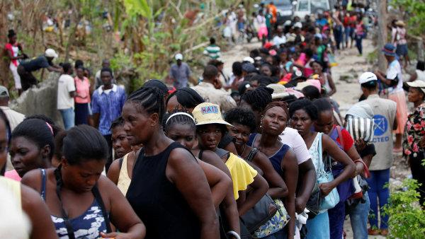 Haiťané čekající na jídlo po hurikánu Matthew.