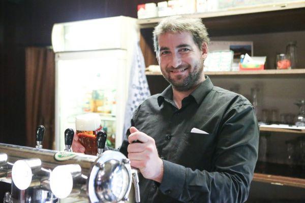 Vrchní Jan Klapal z nádražní restaurace v Kralupech nad Vltavou.