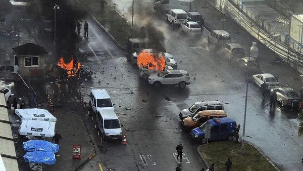 Auto naložené výbušninou explodovalo v tureckém Izmiru.