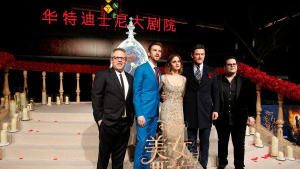 Na snímku z čínské premiéry Krásky a zvířete jsou režisér Bill Condon a herci Dan Stevens, Emma Watsonová, Luke Evans a Josh Gad.