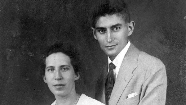 Na snímku z července 1917, kdy se podruhé zasnoubili, jsou Franz Kafka a Felice Bauerová.