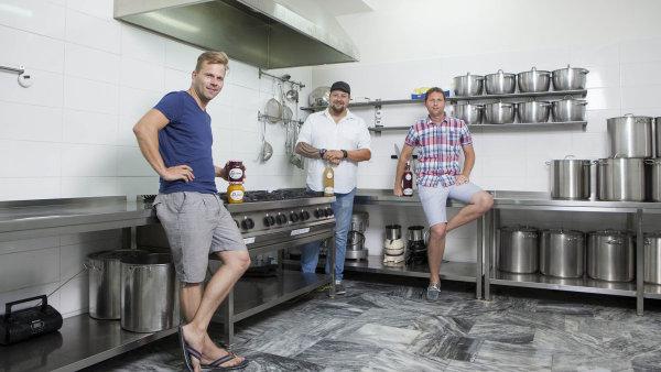 Zleva Michal Bareš, který šťávy připravuje, manažer značky My Homemade Lemonade František Roháček a majitel firmy My Gastro Jan Podešva.
