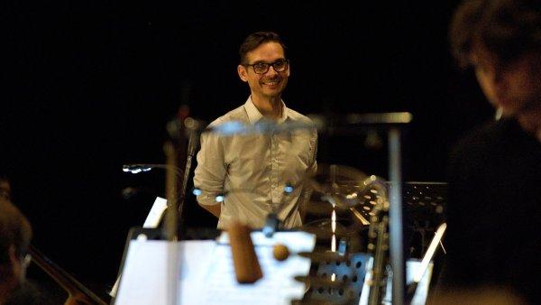 Na snímku ze zkoušky ostravské inscenace opery Make No Noise je její autor Miroslav Srnka.