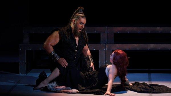 Na snímku ze zkoušek ostravského Otella jsou Jana Šrejma Kačírková jako Desdemona a Titusz Tóbisz v roli Otella.