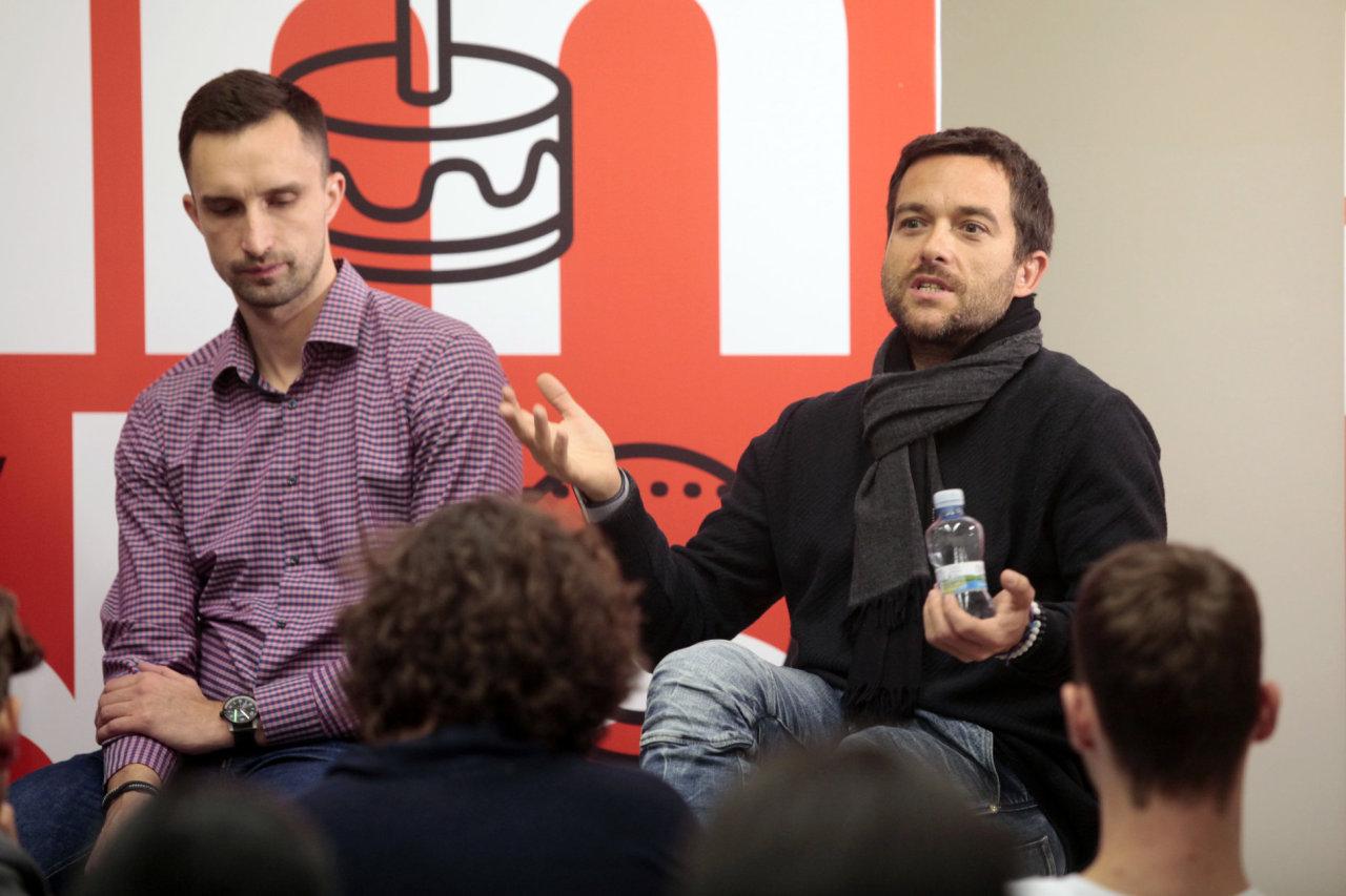 Investor Ondřej Bartoš (vpravo) tvrdí, že dobrý startup si nepotřebuje najímat agenturu, protože marketingově myslí od začátku a kvalitní komunikaci má v samých základech. Nejdůležitější je vystihnout správný moment pro vstup na trh, kdy roste poptávka po službě.