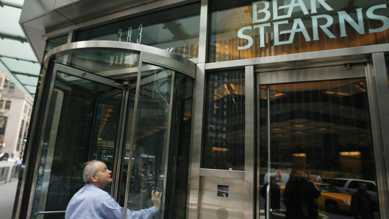 V polovině března 2008 padl sedmý největší americký obchodník s cennými papíry – banka Bear Stearns. Byl to výsledek nezodpovědného udělování hypoték.