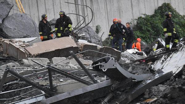 Jeden z pilířů zříceného mostu v Janově se naklání. Hrozí, že zbylá část stavby spadne