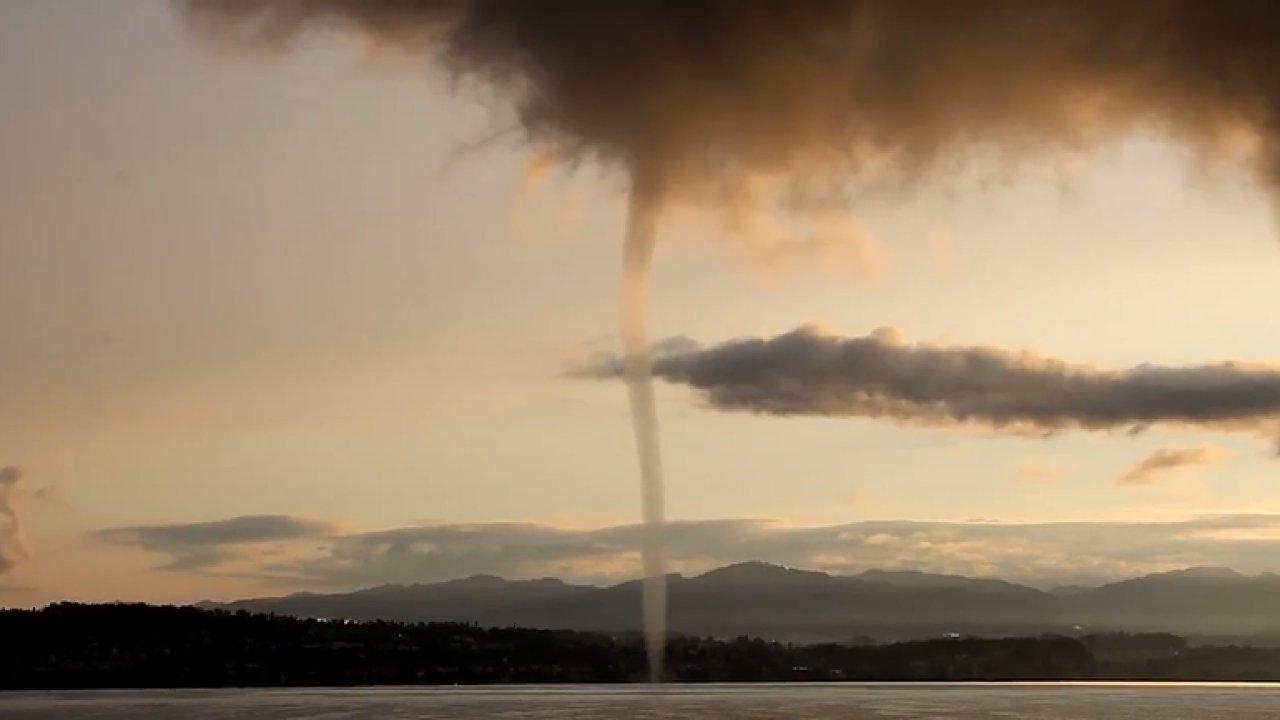 Lidé natočili vodní smršť nad jezerem ve Švýcarsku. Příčinou je náhlý pokles teploty.
