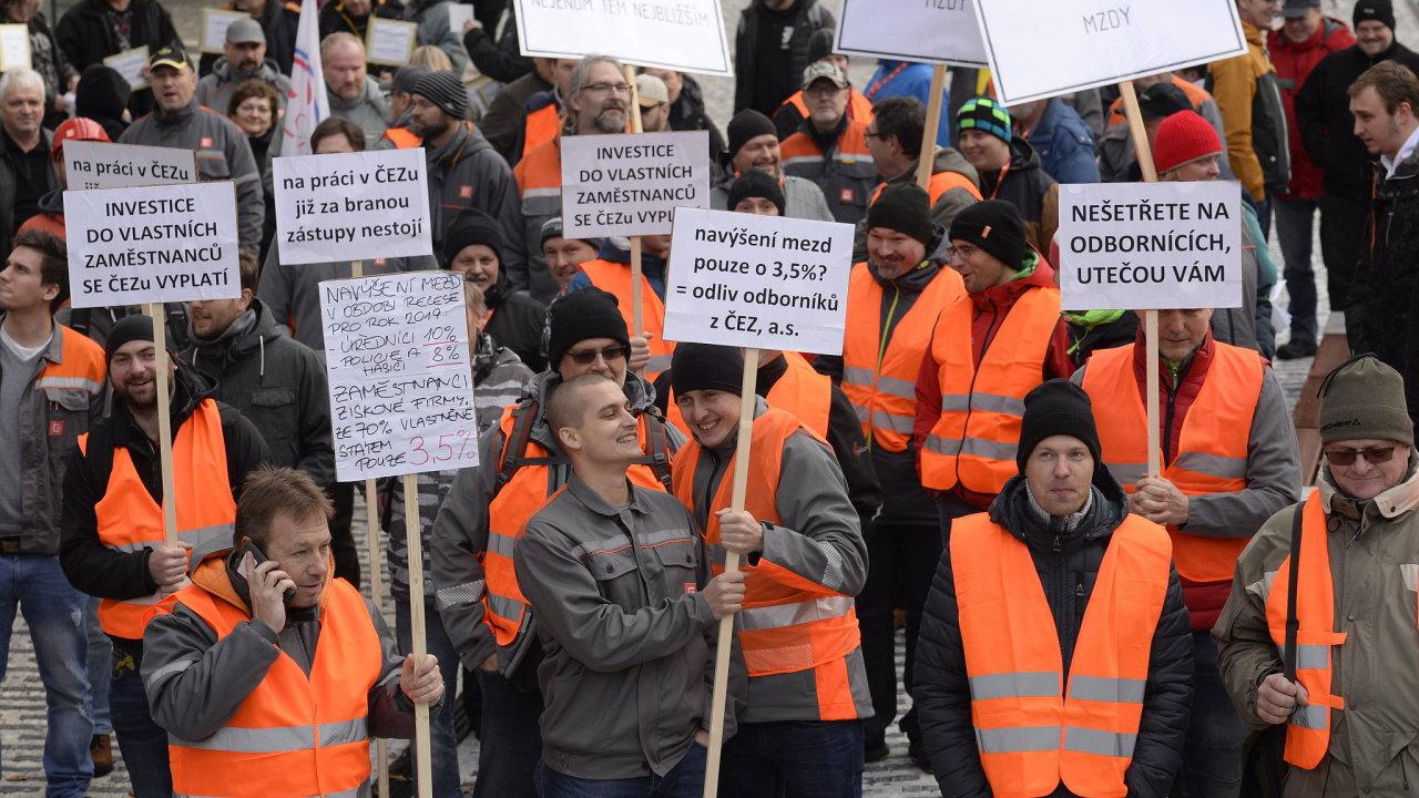 Odboráři demonstrovali 4. prosince 2018 před sídlem energetické společnosti ČEZ v Praze za vyšší růst mezd.