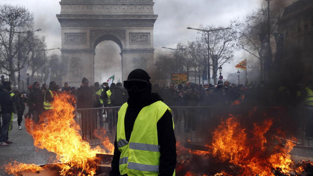 Mezi demonstranty protestujícími proti nízké kupní síle aMacronovým reformám se vmísilo asi 1500 radikálů, kteří podle slov francouzského ministra vnitra Christopha Castanera