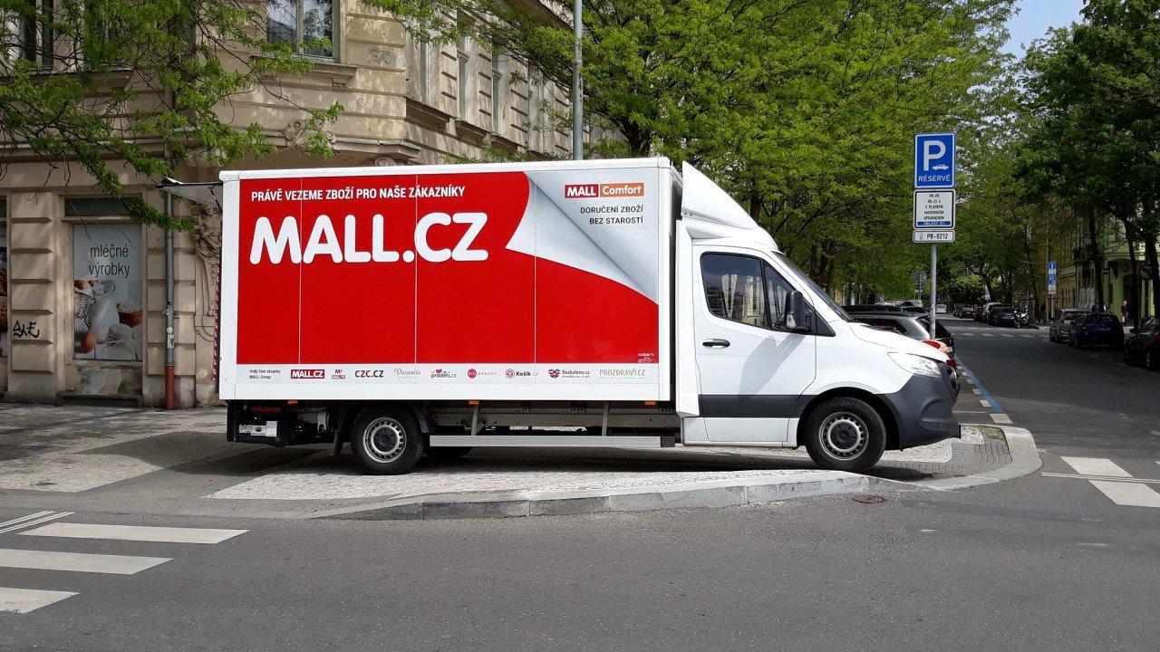 E-shop Mall zavedl vlastní doručování větších zásilek, nyní to plánuje i u balíků