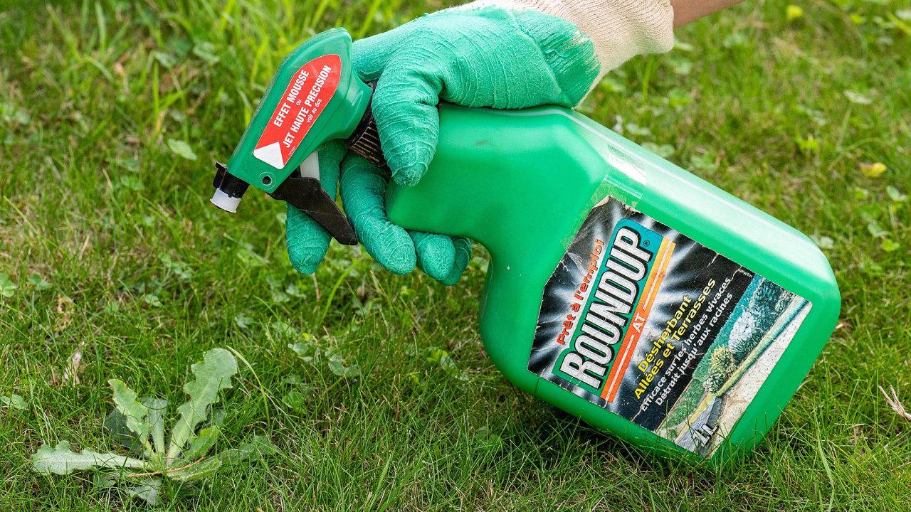Glyfosát je hlavní složkou přípravku proti plevelům prodávaným pod názvem Roundup.