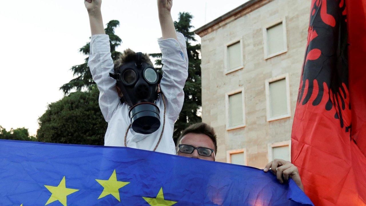 Albánci protestují proti premiérovi Edimu Ramovi. Obviňují ho, že volby vyhrál podvodem, kúspěchu mu údajně pomohli imafiáni.