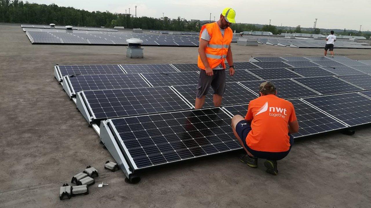 Společnost Adler na svém skladu buduje fotovoltaickou elektrárnu spojenou s ukládáním energie do baterií.