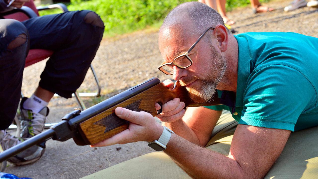 Zavoliči doregionů: Ministr školství Plaga si nadětském táboře vPosázaví zastřílel zevzduchovky.