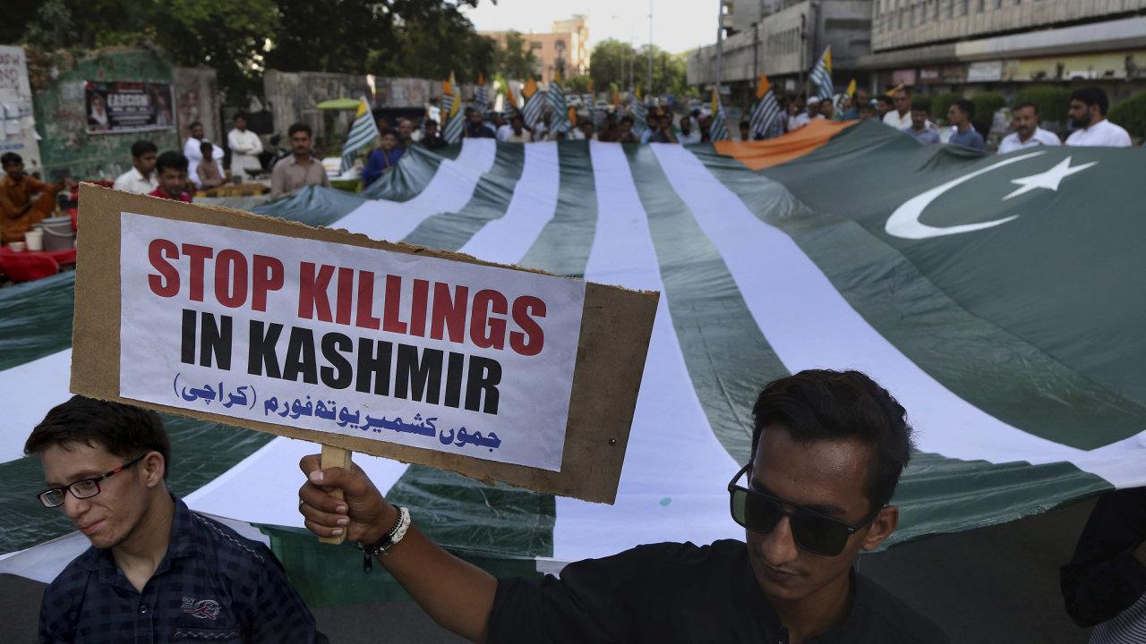 V indickém Kašmíru trvají restrikce, zatčeno bylo na 4000 lidí