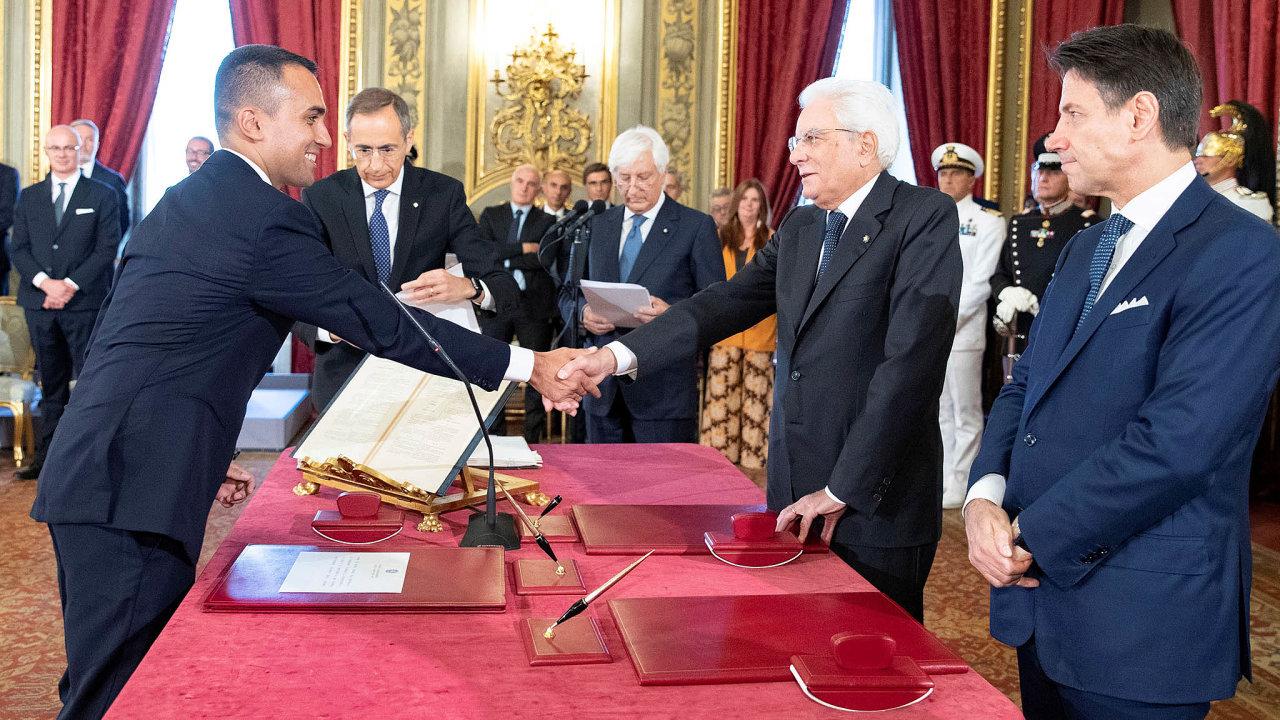 Domluveno. Předpokládaný budoucí ministr zahraničí Itálie Luigi Di Maio (vlevo) si jako lídr Hnutí pěti hvězd podává ruku sprezidentem země Sergiem Mattarellou, jenž posvětil sestavení nové vlády.