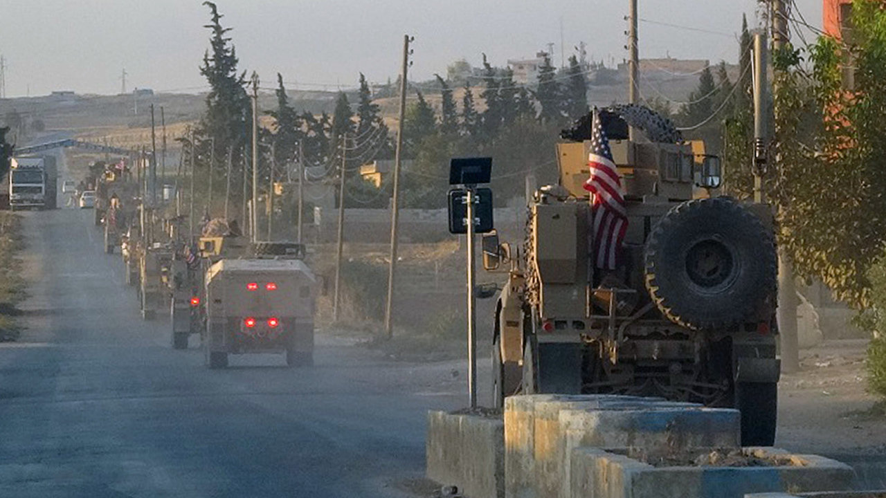 Američtí vojáci se stahují od hranic severní Sýrie s Tureckem.