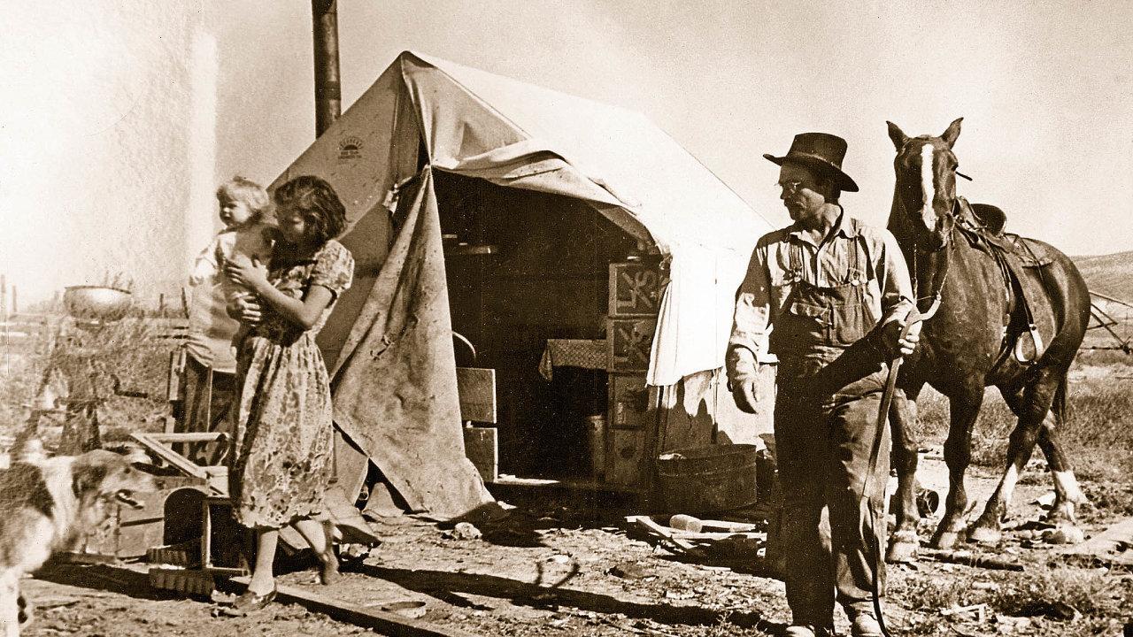 Hospodářská krize poroce1929dolehla naamerické zemědělce, kteří najednou vyráběli dráž, než prodávali. Mnozí přišli veprospěch bank ousedlosti amuseli se živit jako kočovní sezonní dělníci.
