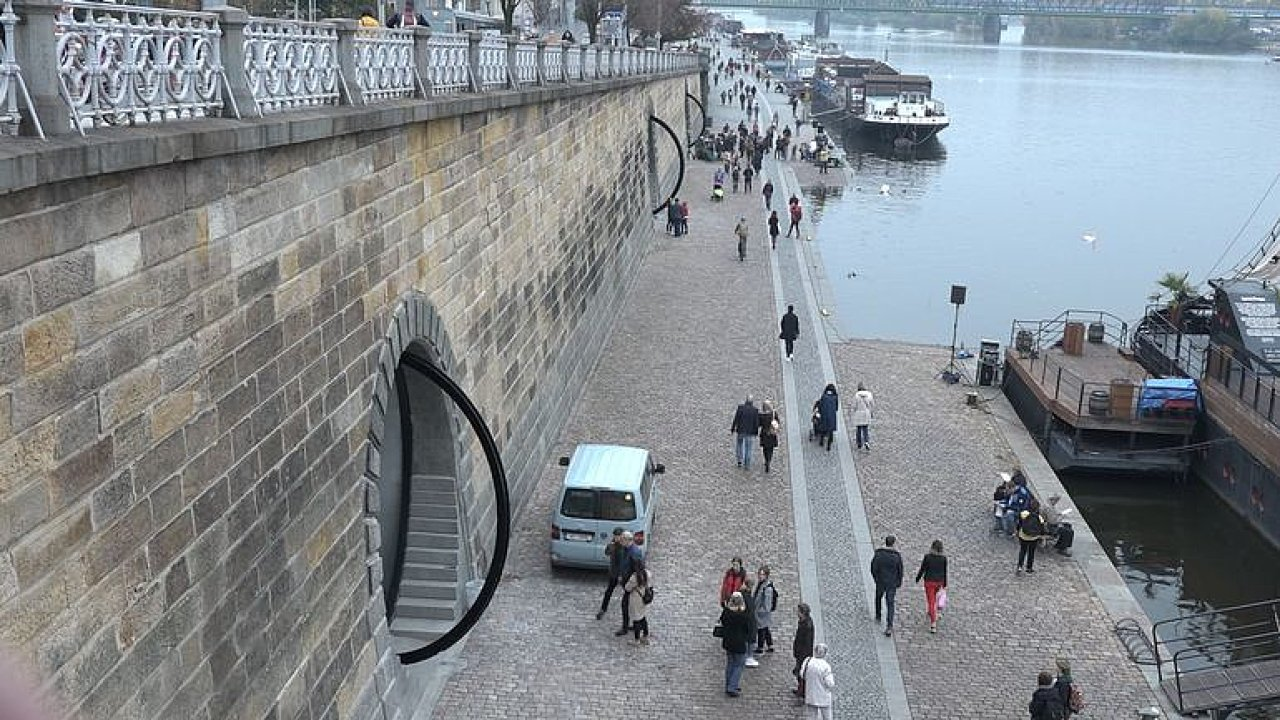 Do kobek na pražské náplavce se vrací život. Otevírá se tu kavárna, galerie i dílna.