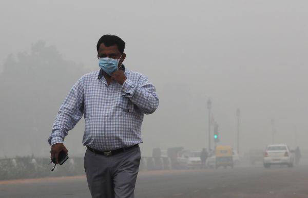 Smog v Dillí dosáhl kritické úrovně.