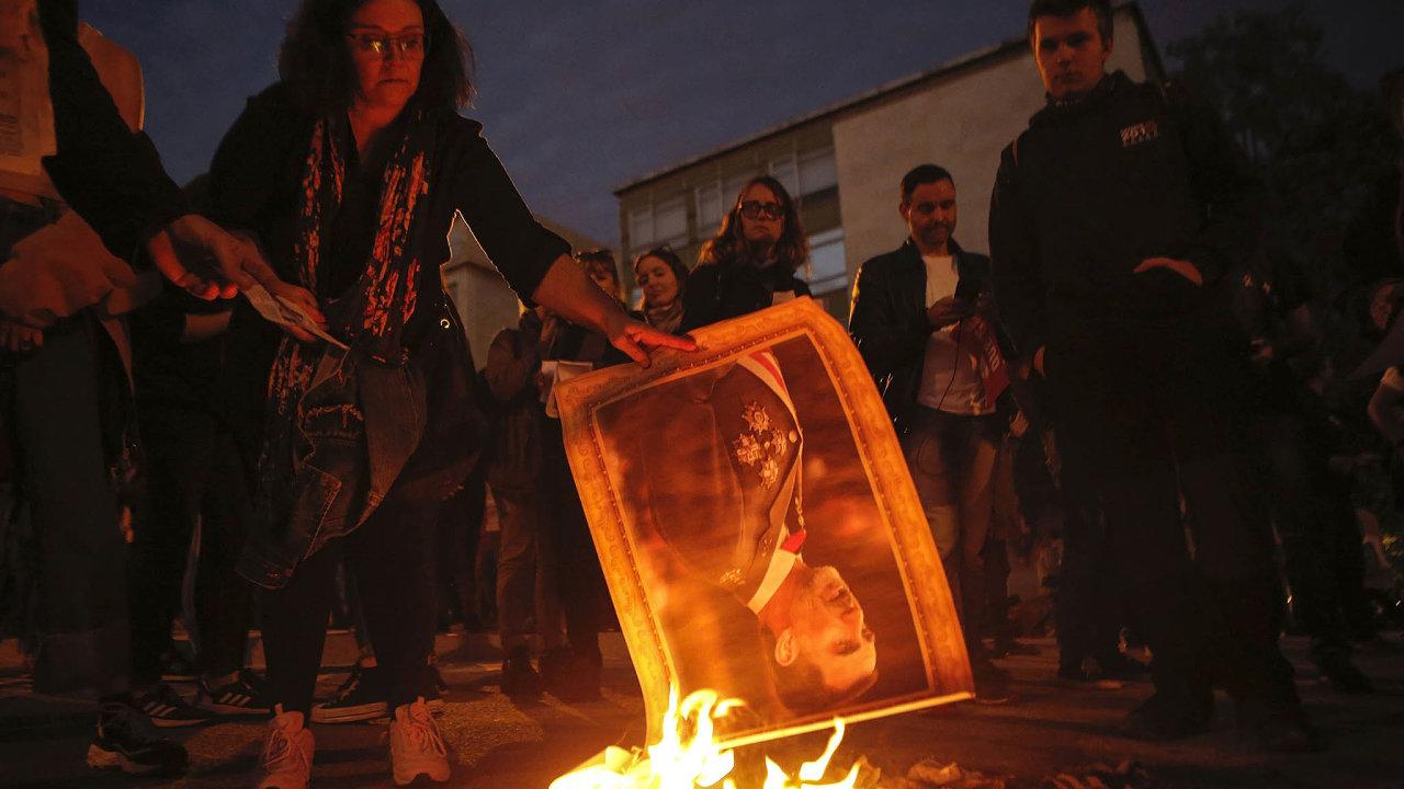 Barcelonské ohně. Katalánští separatisté pálí portrét španělského krále Filipa VI. při předávání cen mladým podnikatelům vBarceloně.