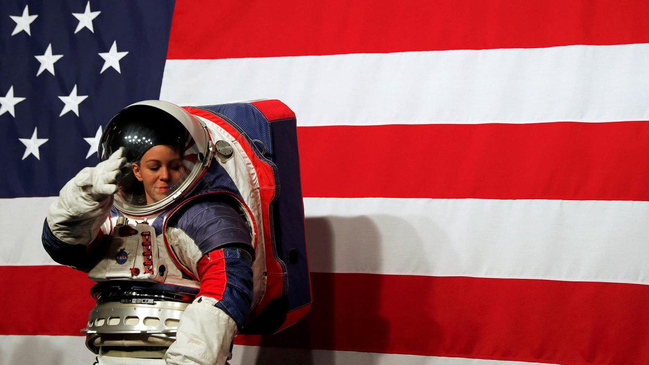 Kristine Davisová, inženýrka z týmu, který vyvinul nejnovější verzi skafandru pro pobyt ve volném kosmickém prostoru, demonstruje jednu z jeho vlastností: přizpůsobitelnost nositeli, ale i nositelce.