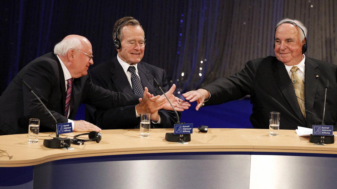 """Bez Michaila Gorbačova, George Bushe aHelmuta Kohla (nasnímku zoslav 20. výročí pádu Berlínské zdi) by """"rok zázraků"""" možná vůbec nebyl. Anebo by seodehrál mnohem dramatičtěji a násilněji."""