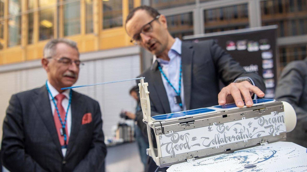 Spolkový svaz německého průmyslu (BDI) nedávno v Berlíně uspořádal vůbec první Kosmický kongres. Předseda svazu Dieter Kempf (vlevo) si na něm prohlédl i model družice od firmy Planet Labs.