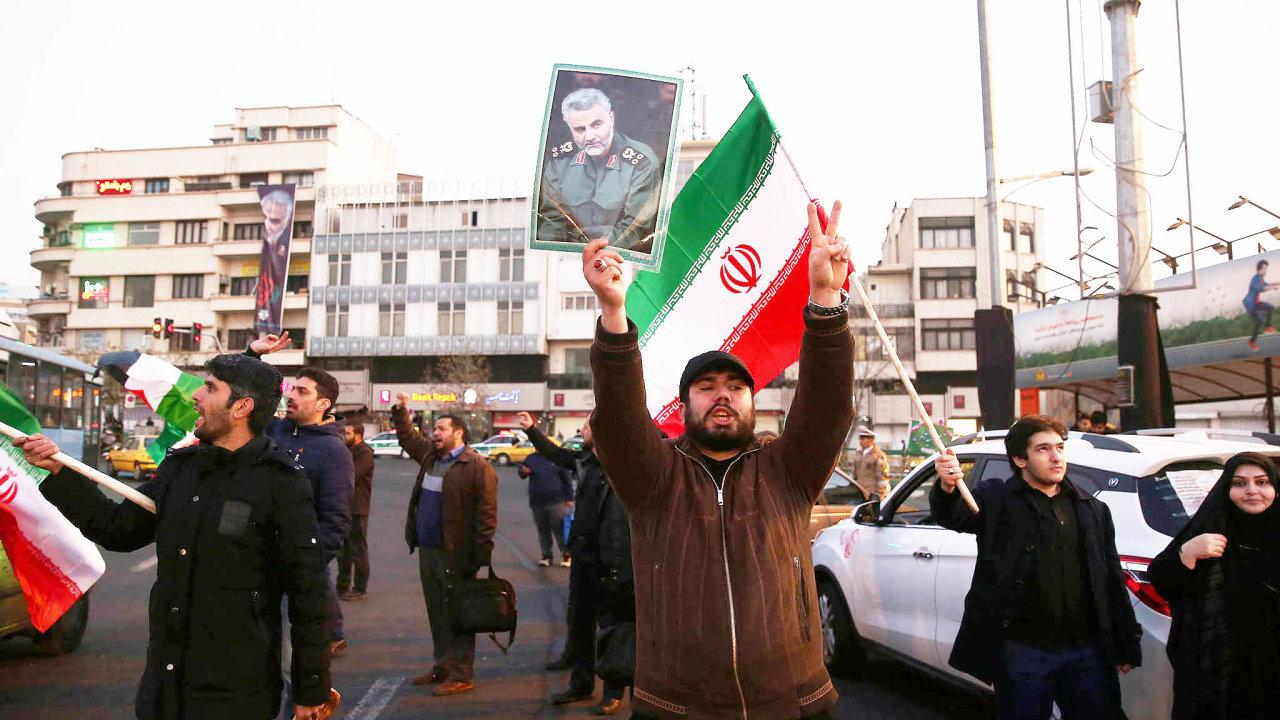 V íránském hlavním městě Teheránu ve středu lidé slavili odpálení raket na americké základny v Iráku. USA za to v pátek uvalily další sankce.