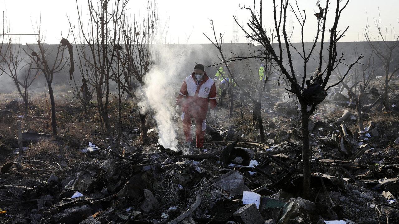 Záchranáři prohledávají místo, kde havarovalo ukrajinské letadlo.