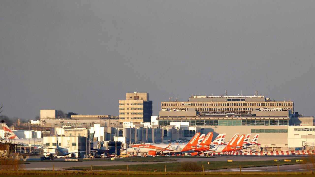 Letadla easyJet na letišti Gatwick.