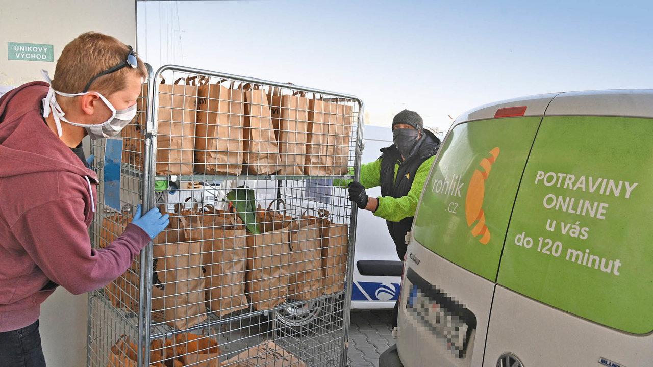 Pracovníci vbrněnské pobočce internetového obchodu Rohlík.cz připravují 3. dubna 2020 tašky snákupem krozvozu.