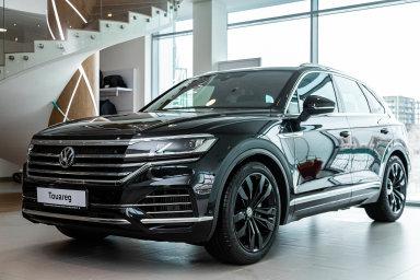 Skladové vozy je možné nyní pořídit s výraznou slevou. Například značka Volkswagen láká kupce na zvýhodnění až ve výši 344 920 korun u modelu Touareg.