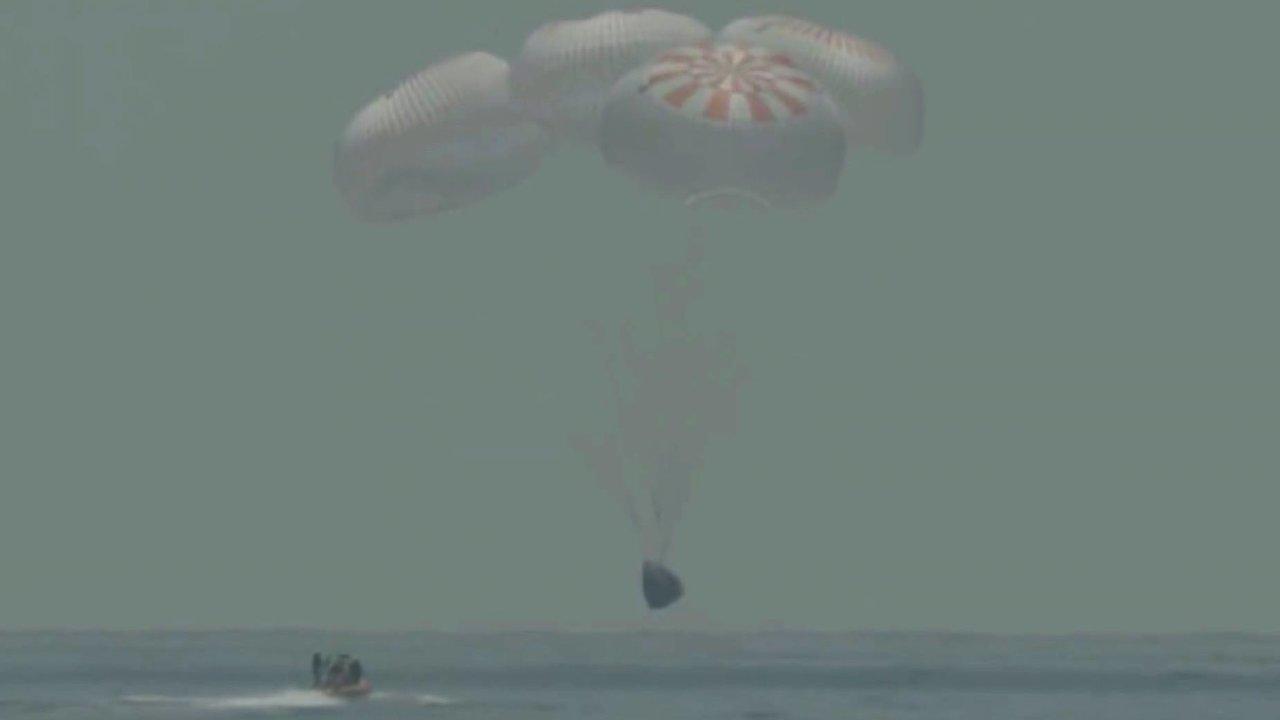 Crew Dragon se i s posádkou úspěšně vrátil na Zemi.