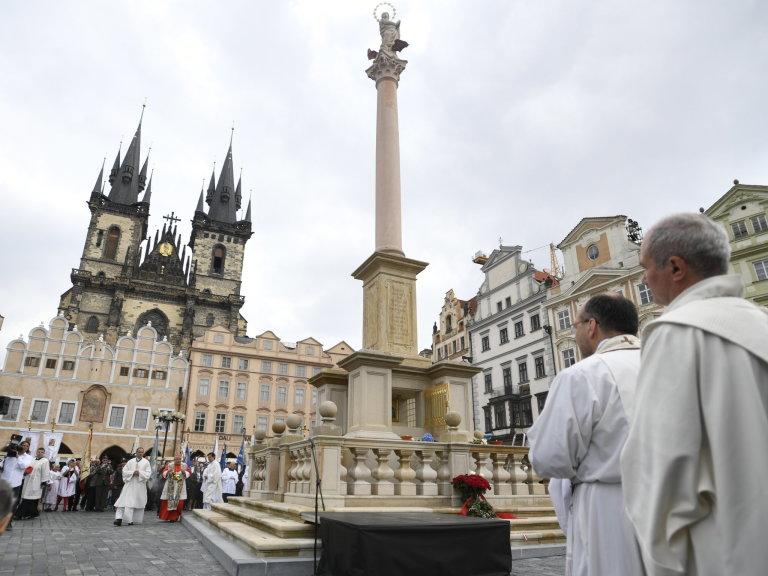 Pražský arcibiskup Dominik Duka dnes po poledni požehnal mariánský sloup, který se po 102 letech vrátil na Staroměstské náměstí v Praze.
