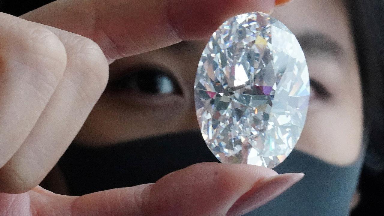 Jeden znejvzácnějších diamantů světa je naprodej. Naříjnové aukci Sotheby'svHongkongu znalci očekávají, že by se mohl vydražit za12 až 30milionů dolarů.