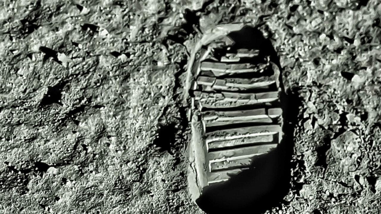 Vroce 2024 by měla svou stopu do povrchu Měsíce vtisknout první žena, členka smíšeného páru amerických astronautů.