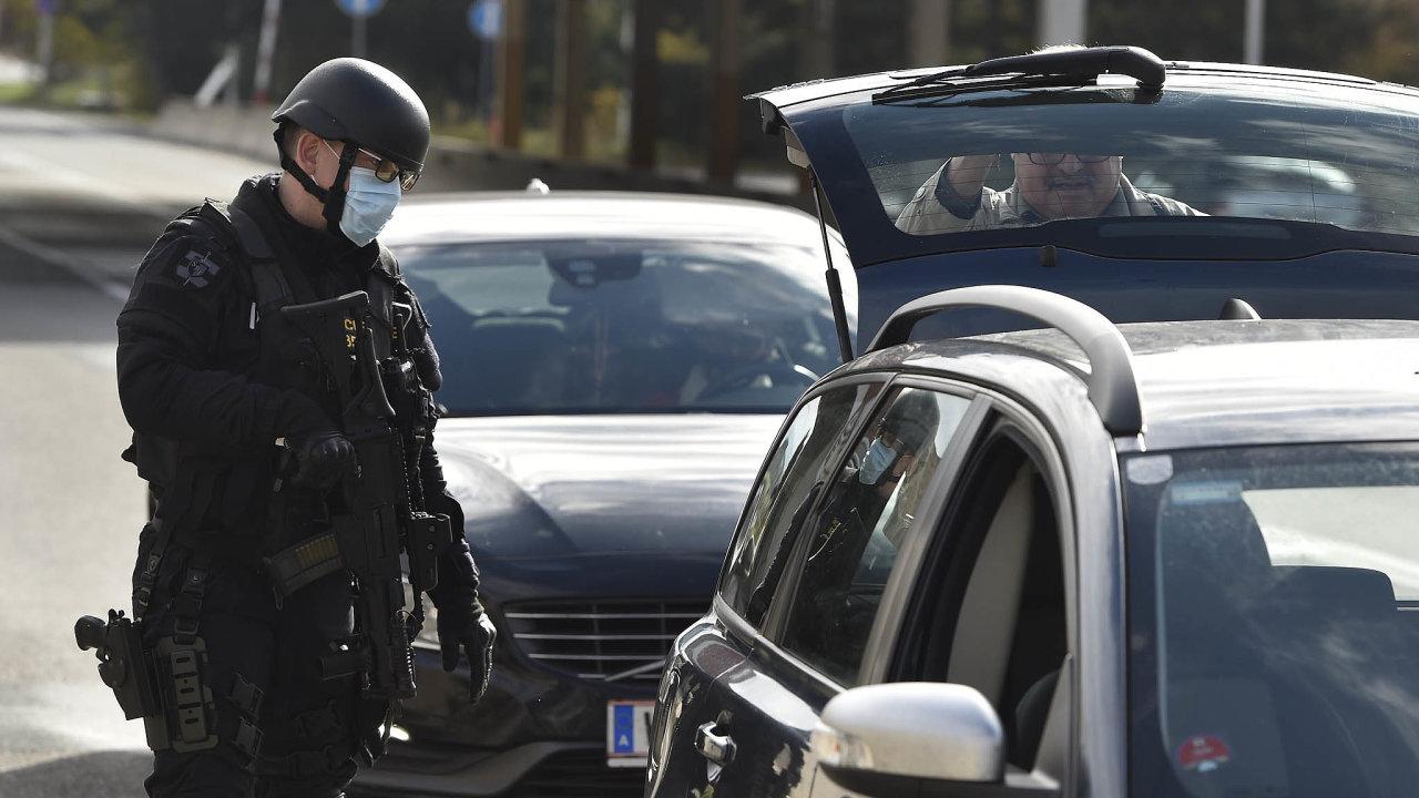 Rakouská policie se obávala, že terorista, který vpondělí zabil veVídni čtyři lidi, mohl mít komplice. Česko proto zavedlo, stejně jako další sousedé Rakouska, namátkové kontroly nahranicích.
